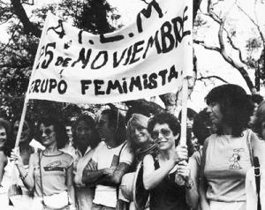 Hilda Rais y Marta Fontenla sosteniendo la bandera, en el centro Néstor Perlongher, 1983